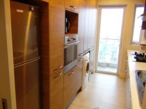 キッチンにはビルトインのオーブンから洗濯機もあります