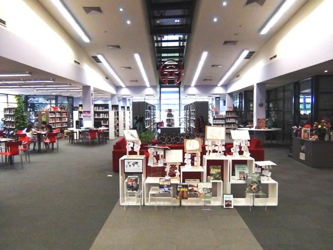 図書館内「とても冷房が効いていて快適でした。日本の書籍もあります」