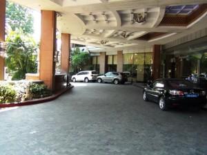 隣接するMERIA HOTEL(メリアハノイホテル)のエントランス風景
