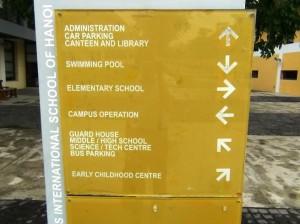 校舎内にはこういう行き先案内がたくさんあります