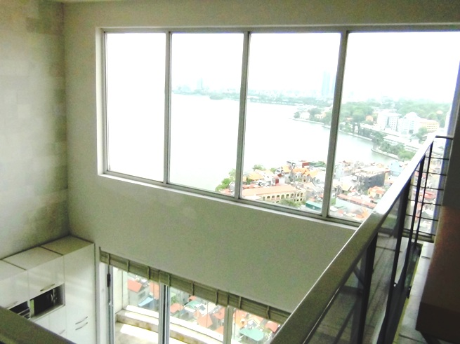 2階スペースから見た吹き抜けの窓「タイ湖のビューが壮観です」