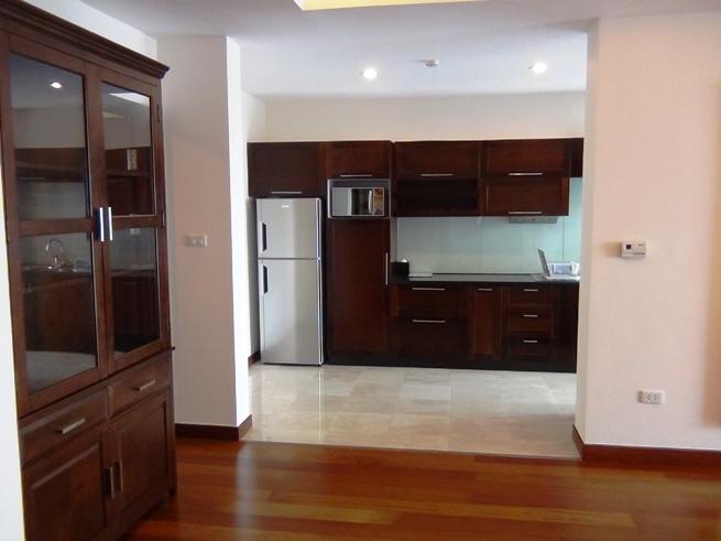 ダイニングスペース横の絶妙な位置にあるキッチン「お客様要の料理を作るのに充分なスペースです」