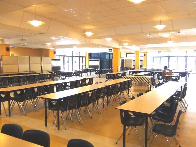 学校内にある食堂「時間を決めて入れ替わりで利用されます」