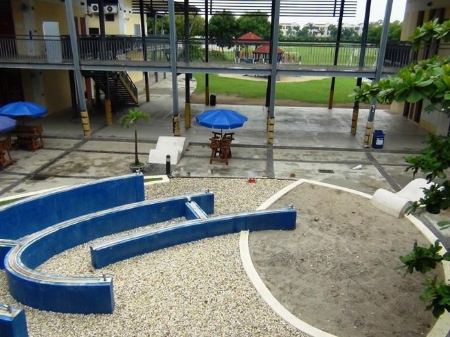 小学生の校舎「敷地内では幼稚園、小学校、中学校、高校と緩やかに建物が分かれています」
