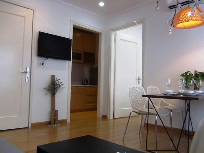 2階から5階のリビング「フローリングの木目調と白い壁がシンプルです」