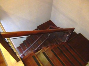 メゾネットだから室内階段「滑り止めのついた緩やかなステップです」