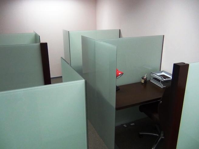 机と椅子だけの区画「会社設立用に最小限度のオフィススペースとしてご利用いただけます」