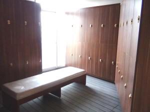 フィットネスジムやプールで汗を流す前に利用するロッカールーム