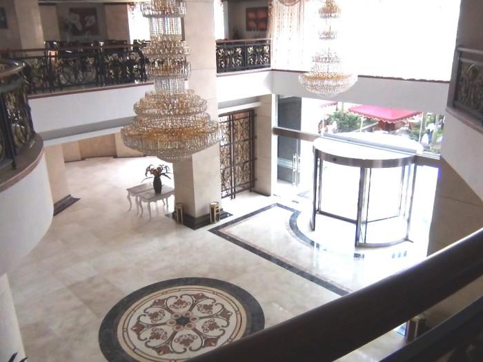 「CANDEO HOTELS HANOI」の正面入り口玄関「高級ホテルの重厚感漂う装いです」