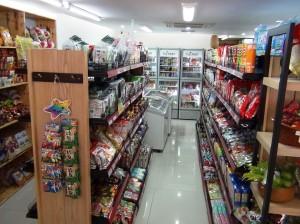 こじんまりとした店内。しかし品物の選択ポイントは外していません