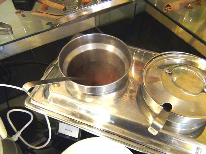 何も言わなくても当たり前のようにある味噌汁「豆腐やわかめなど中に入れる具もあります」
