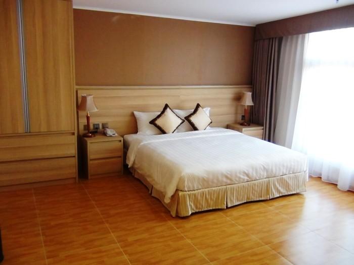 2ベッドルームのメインベッド「余裕のある主寝室です」
