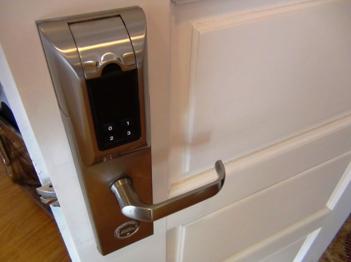 玄関扉は暗証番号と指紋認証で鉄壁のセキュリティです