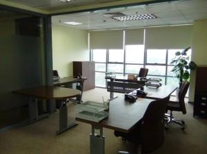 床、机、イス、会議机と使いやすそうな調度類で固めてくれています
