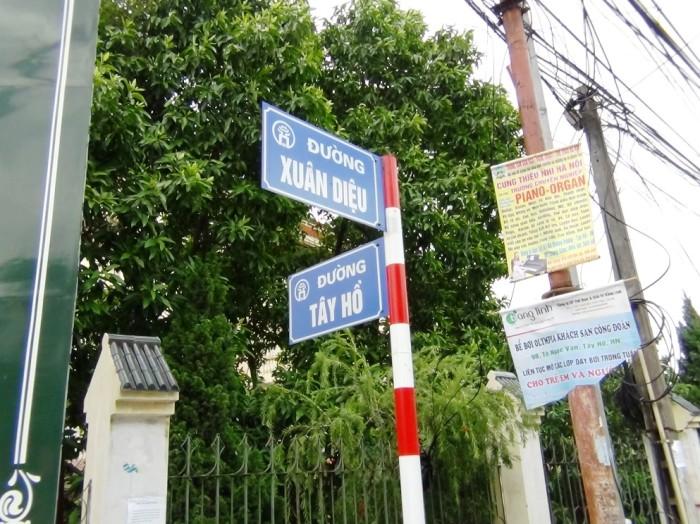 ちょうど「Xuan Dieu通り」と「Tay Ho通り」が交差する地点に「八十八商店」はあります