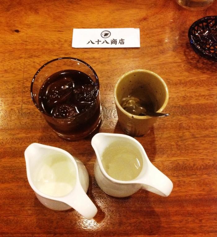 食後のアイスコーヒー「かき混ぜ用のスプーンを入れるコップがさりげなくついています」