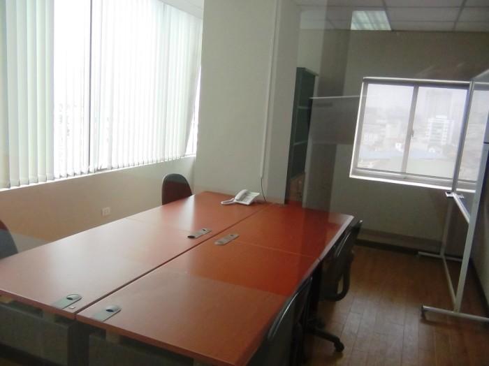 机と椅子に固定電話、それにホワイトボードも交渉で付けて貰いました