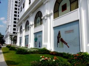 地下のショッピングモールと地上の緑地、新築のアパートメント棟が「VINCOM MEGA MALL ROYAL CITY」の魅力です