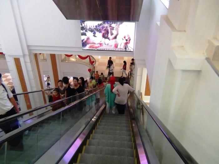 地下一階へのエスカレーター