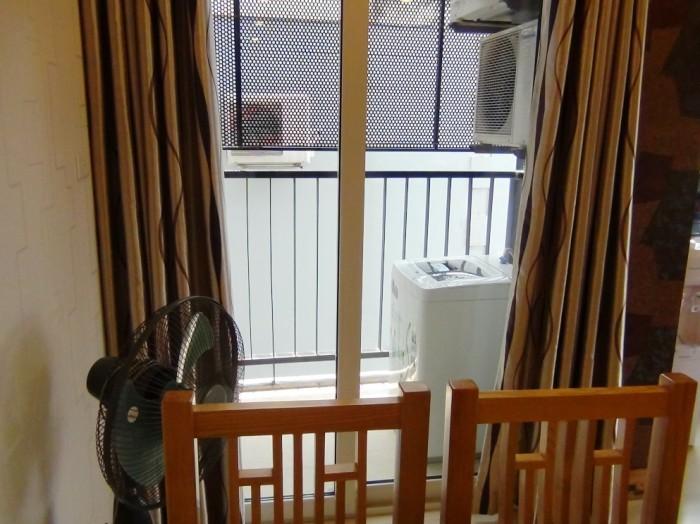 1ベッドルームも2ベッドルームもベランダに物干しスペースとともに洗濯機が備わっています」