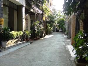 周りは全て住宅アパートが立ち並ぶ静かなエリアです
