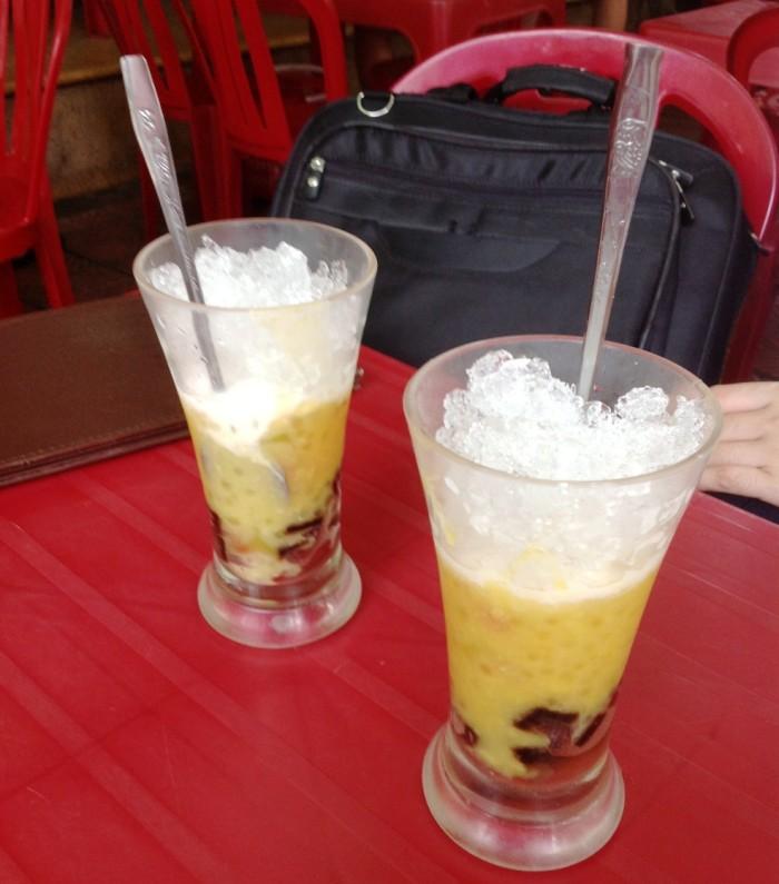 Che Thai(タイ風チェー)が運ばれてきた時はアイスが上に被さっています