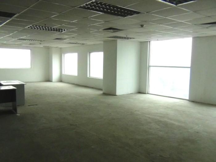 電気とエアコン設備は当たり前ですがオフィス側で整えます「窓がたっぷりあるのが特徴です」