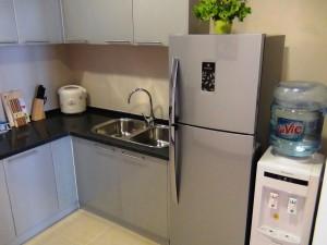 キッチンスペース「冷蔵庫はもちろんWaterサーバー、あとお皿類一式、お鍋、トースター、電子レンジと全て付けてくれます」