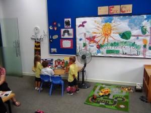アメリカのカリキュラムに則った授業です「いろんな道具を使って子供たちに興味の芽を育ててくれます」