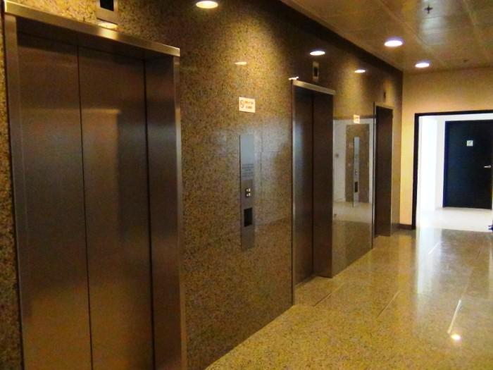 17階建てのオフィスにエレベーターは3基ついています