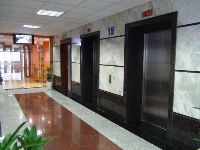 エレベーターホール「エレベーターは4基ついています」