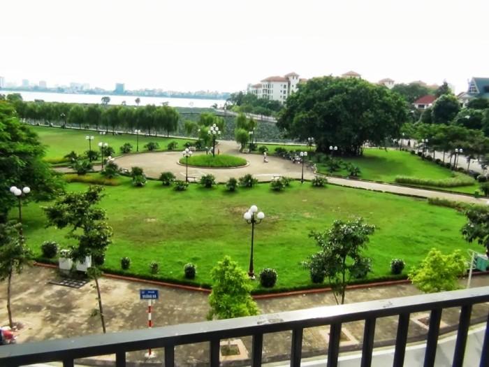 ベランダから見た景色「蓮池の向こうはSedona Suitesです」