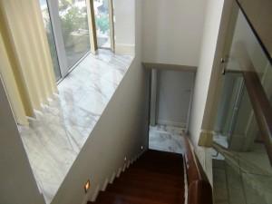 1階から2階へ上がる階段「四方に窓があるのでとても明るいですね」
