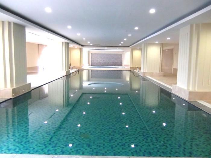 「California Fitness & Yoga」にある室内プール「奥にはジャグジーがあります」