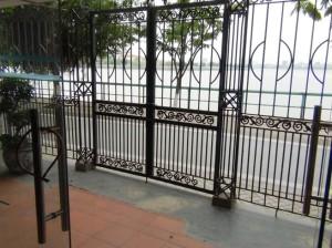 建物内から見た表通りの風景
