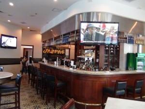 JASPASの店内「バーカウンターでお好みのお酒をオーダーできます」
