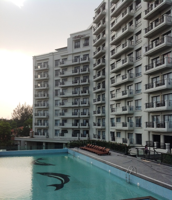 Elegant Suites Westlake共用プールと建物の全容です