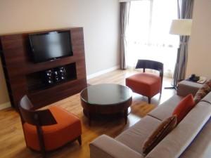 3ベッドルームのリビング「音響システム付きのテレビは全室標準です」