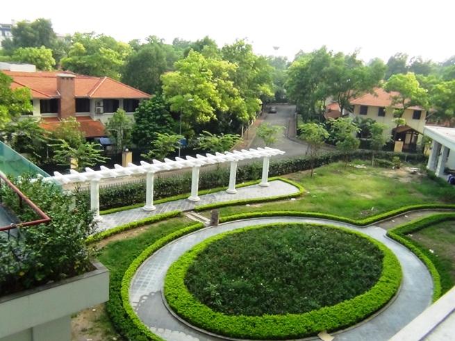共用部分の散歩コース「もうすぐ完成です。周りは気持の良い緑に囲まれた邸宅が続いています」