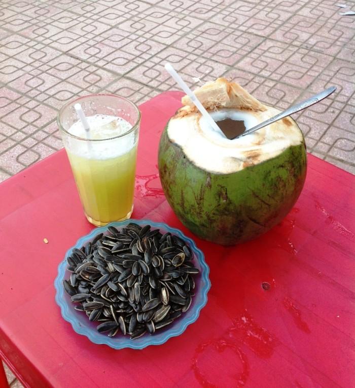 ベトナムの街中の風景「サトウキビジュースとココナッツジュースは日本ではあまり見かけませんが、美味いです」