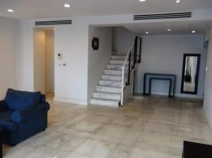 メゾネットタイプ「玄関寄りのリビングから2階に上がるステップがあります」