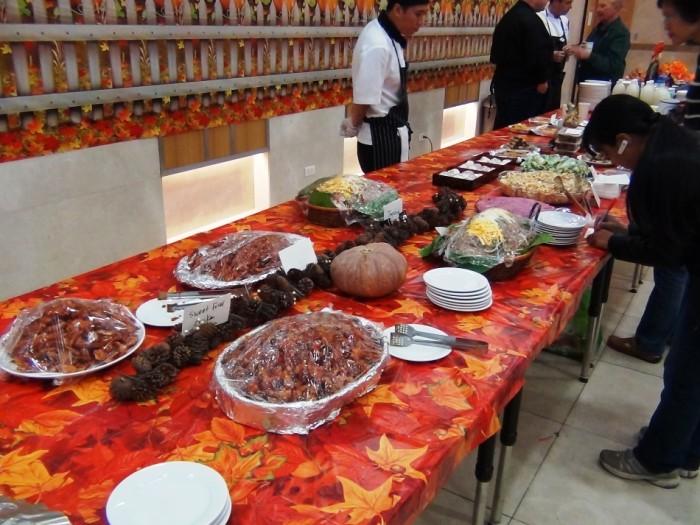 ベトナム料理から日本の巻き寿司まで、美味しい料理が並んでいました