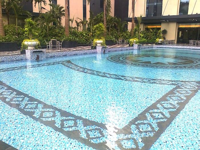 1階レストランに続く中庭「綺麗なプールを長めながらのお食事を楽しんでいただけます」
