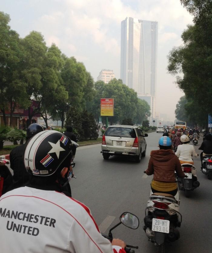 通勤途中のNguyen Chi Thanh通り(バイクタクシーの後部座席から)