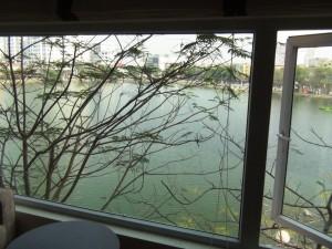 大きな窓から見下ろすLake View