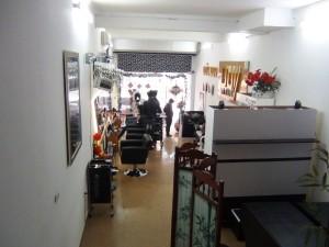 1階が美容室です。ここを通って出入りしますが、ベトナムでは良くあることです