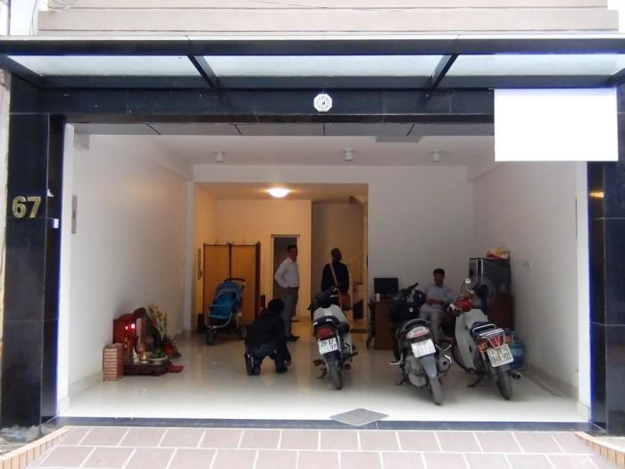 玄関入り口にはバイクや自転車も駐車でき、電動シャッターで開閉できます