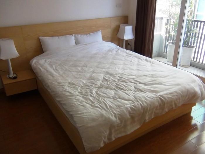 フォローリングに木目調のベッド、真っ白なシーツ、飽きの来ない色使いです