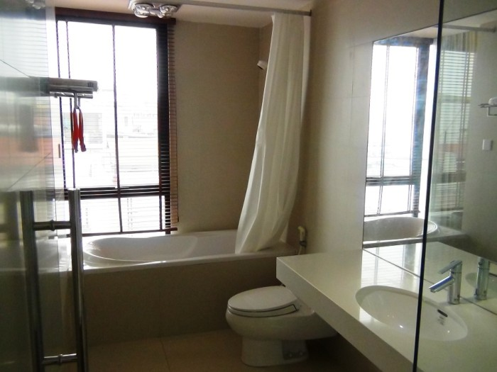 清潔感溢れるサニタリースペース「バスタブ横にもちろん湿気取りの窓もついています」