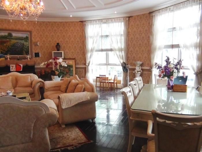 かなり高価な家具をあしらったお部屋です